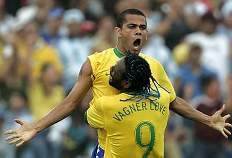 Dani Alves juhli 3-0-maalia yhdessä Vagner Loven kanssa.