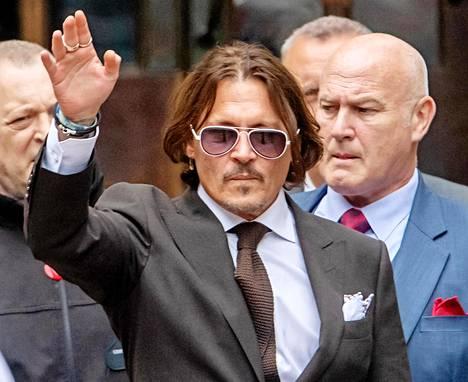 Johnny Depp oikeudessa Lontoossa perjantaina.