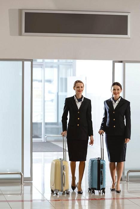 Huoliteltu ulkoasu kuuluu työnkuvaan ja lentokoneen henkilöstö saattaa saada koulutusta esimerkiksi meikeistä. Kuvituskuva. Kuvan lentoemännät eivät liity juttuun.