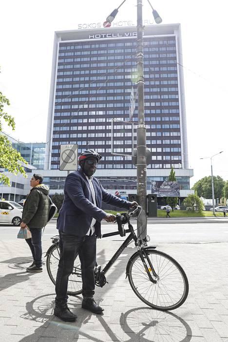 Abdul Turay liikkuu Tallinnassa pyörällä.