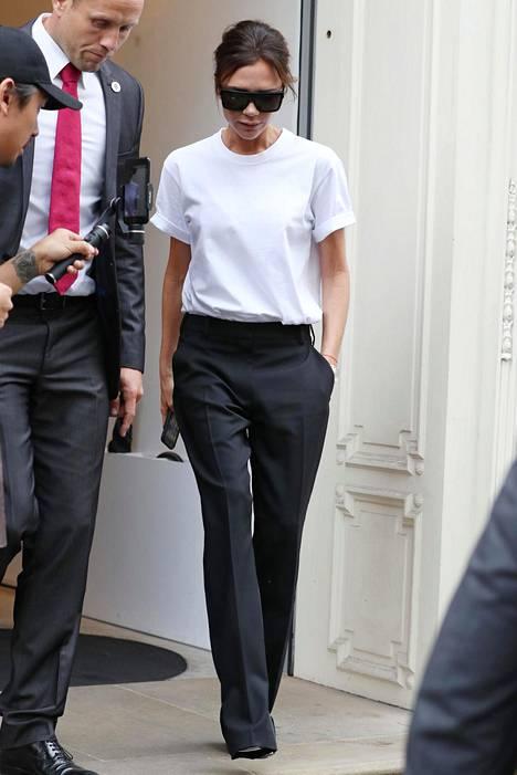 Valkoinen laatikkomallinen t-paita ja mustat suorat housut ovat naurettavan helppo ja tyylikäs yhdistelmä.