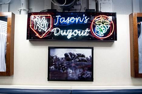 Myös miehistön ravintola on nimetty sotasankarin ja baseball-fanin Jason Dunhamin mukaan.