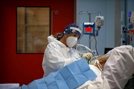 Kansainvälisten tutkimusten mukaan D-vitamiini saattaa suojata koronan vakavalta tautimuodolta. Kuva Casal Palocco -sairaalan teho-osastolta Roomassa.