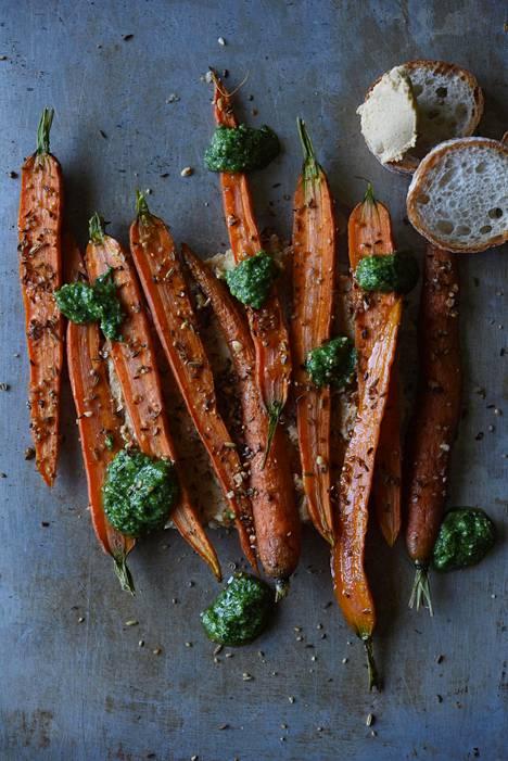 Paahdetut dukkah-porkkanat voi syödä kuumana tai kylmänä. Ja dippailla hummukseen ja persiljapestoon. Dukkahia voi valmistaa myös itse.