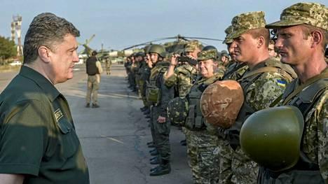 Ukrainan presidentti Petro Poroshenko (vas.) tarkasti joukkoja Mariupolissa 8. syyskuuta.