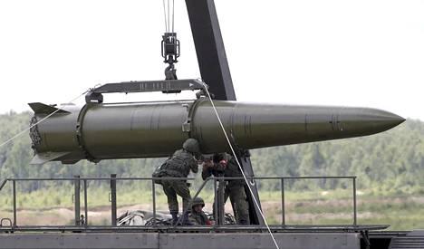 Venäjäisvarusmiehet laittoivat Iskander-ohjuksen kuljetuskuntoon Kubinkassa Moskovan läheisyydessä 17.6.2015.