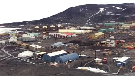 Rossin saarella sijaitsevalla McMurdon tutkimusasemalla elää tähän aikaan vuodesta noin 1000 ihmistä.
