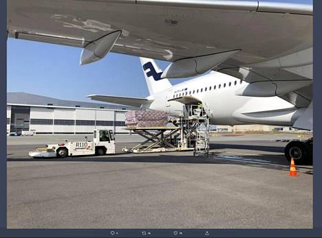 Huoltovarmuuskeskuksen toimitusjohtajan Tomi Louneman twiittaama kuva Finnairin lentokoneesta, joka toi kirurgisia maskeja ja hengityksensuojaimia Helsinki-Vantaalle Kiinan Quangzhousta.