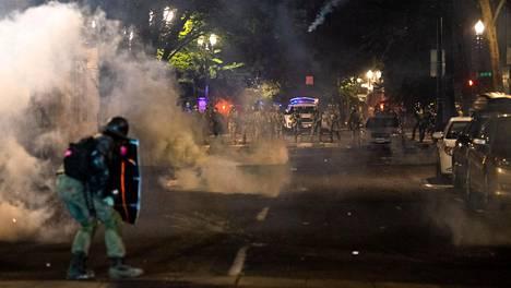 Portlandissa poliisi ja liittovaltion agentit käyttivät jälleen kyynelkaasua ja hajottivat mielenosoituksia aikaisin sunnuntaina paikallista aikaa.