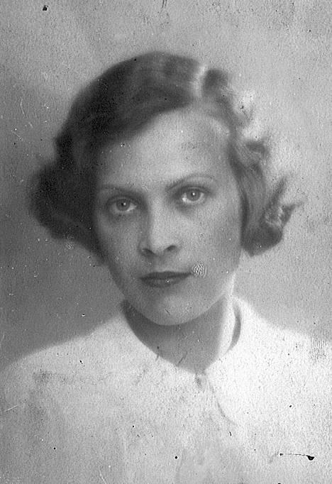 Eeva Lennonin äiti Astrid Jäppinen oli Mika Waltarin nuoruuden ihastus. Eversti-isä Väinö Karikoski oli 1944 Helsingin ilmasuojelupäällikkö.