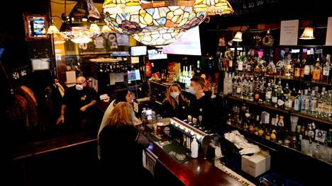 Populus-baari palvelee asiakkaitaan Aleksis Kiven kadulla Helsingissä yökahvilana keskiyön jälkeen.