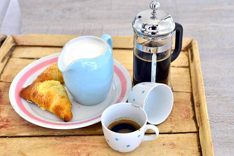 Viikonloppu on ihana aloittaa kuin ehta pariisilainen maitokahvin ja voisarven kera.
