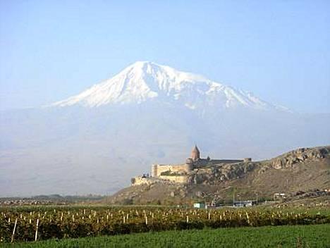 Ukko Nooan Ararat-vuori on nykyään Turkin puolella, mutta se hallitsee näkymää monin paikoin Armeniassa.
