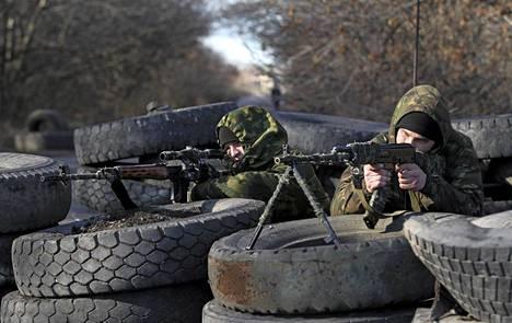 Venäjä-mielisiä separatisteja Donetskissa torstaina.
