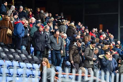 Katsojat poistuivat stadionilta järkyttyneinä.
