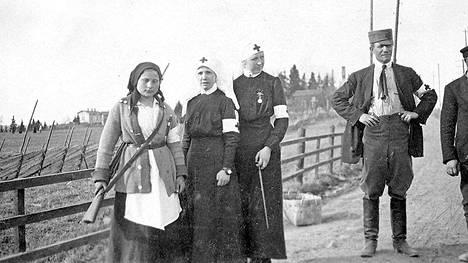Valkoinen sanitääri eli sairaanhoitaja Anna Myllymäki Lempäälän rintamalla. Hän oli harvoja valkoisia naisia, jotka kantoivat ja käyttivät asetta.