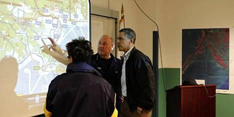 Yhdysvaltain rannikkovartioston tilannepäällikkö, amiraali Thad Allen (kesk) esitteli eilen öljylautan leviämistä presidentti Barack Obamalle ja ympäristöviraston johtajalle Lisa Jacksonille.