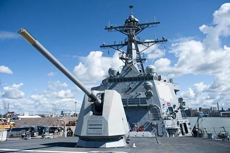 Laivan keulassa on valtava viisituumainen tykki. Se on yhteydessä aluksen tutkajärjestelmään.