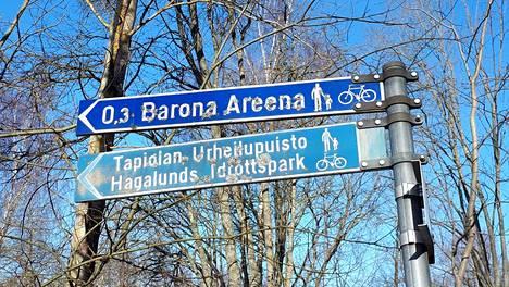 Kyltti, jossa opastetaan Metro-areenan sijaan Barona-areenalle, löytyy Tapiolasta.