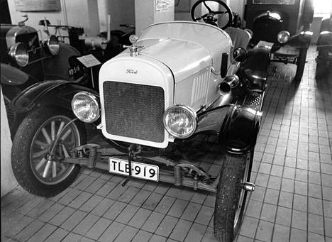 Ford T Ames Built Runabout, vuosimallia 1919: tehoa 20 hevosvoimaa, huippunopeutta 90 km/h (ylivaihteella).