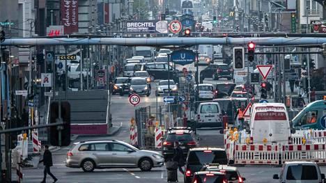 Saksalaiset kaupungit haluavat entistä vähemmän nähdä saastuttavimpia dieselautoja katukuvassaan. Eilen otettu kuva on vilkkaalta Friedrichstrasselta Berliinistä.
