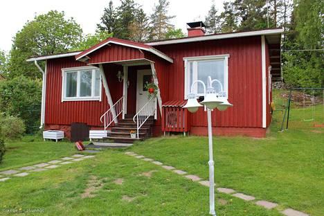 Noin 90 neliön talo muun muassa erillisine puusaunoineen on myynnissä 99 000 eurolla. Talo on herättänyt ostajien mielenkiinnon, muun muassa siksi että kunto on arvioitu hyväksi.