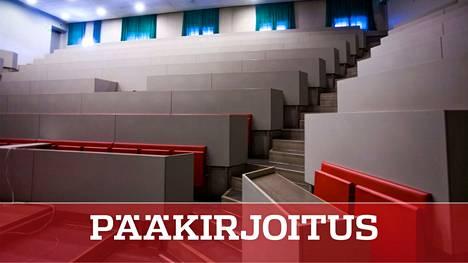 Luentosalit ovat tyhjillään, kun opiskelijat ovat olleet kotona.