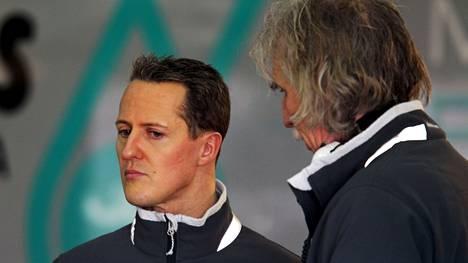Michael Schumacher yhdessä lääkärinsä Johannes Peilin kanssa vuonna 2010.