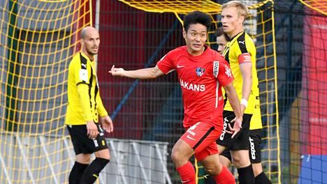 Interin japanilaishyökkääjä Taiki Kagayama tuulettaa maaliaan FC Hongan verkkoon. Taustalla harmittelevat Hongan Javier Hervas (vas.) sekä kapteeni Henri Aalto.