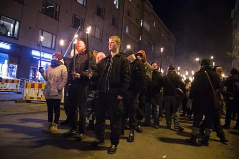 612-soihtukulkue Töölöntorilla itsenäisyyspäivänä. Poliisin mukaan Töölöntorille kerääntyi lopulta alle 2000 henkilöä.
