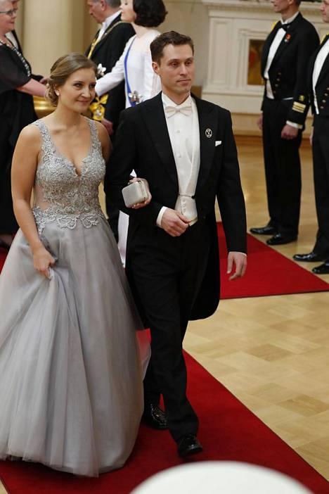 Ilmastovanhempien puheenjohtaja Sampo Koistisen puoliso Reeta Tuoresmäen puvun juhlaeleganssi säteili punaisella matolla.