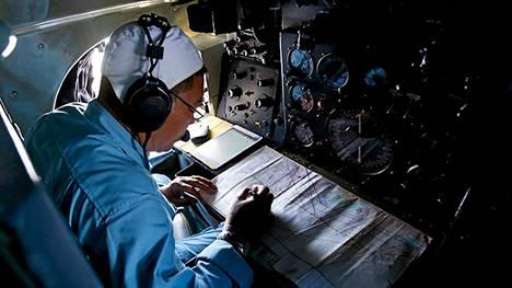Vietnamin ilmavoimien edustaja tekee merkintöjä etsintälennolla maanantaina.