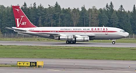 Travolta käyttää Boeing 707 -konetta. Kone on maalattu australialaisen lentoyhtiön Qantasin väreihin, koska Travolta on lentoyhtiön virallinen hyväntahdonlähettiläs.