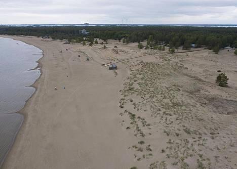 Yyterissä voi samoilla rannalla. Alueelta löytyy myös kiipeilupuisto.