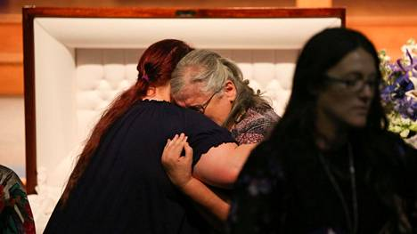 Surevia omaisia hautajaisissa Crosbyssa, Texasissa.