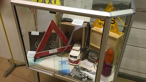 Kuvassa tullimuseon vuoden 2016 autoveronäyttelyyn liittynyt vitriini. Kalliita uusia tuontitavaroita kuten esimerkiksi länsiautoja sai sodan jälkeen hankkia vuosikausien ajan ainoastaan erillisillä ostoluvilla.
