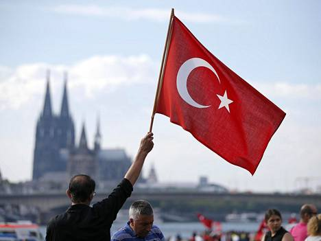Erdogania kannattavat turkkilaiset osoittivat mieltään Saksan Kölnissä sunnuntaina