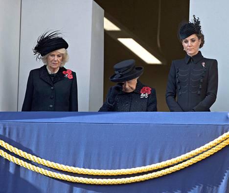 Kuningatar seurasi sunnuntaina seppeleidenlaskua parvekkeelta yhdessä Cornwallin ja Cambridgen herttuattarien kanssa.