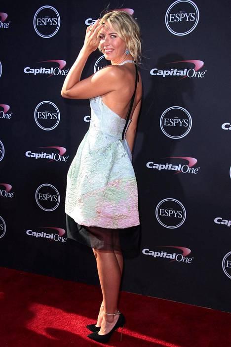 Maria Sharapova punaisella matolla Los Angelesissa 2013.