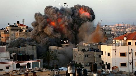 Israelin ilmaiskun aiheuttama räjähdys Gazassa sunnuntaina.