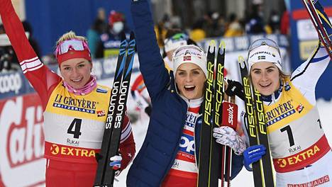Tatjana Sorina (vas.) sijoittui toiseksi Rukalla 10 kilometrin takaa-ajossa kauden avausviikonloppuna. Ebba Andersson (oik.) oli kolmas, voiton nappasi Norjan Therese Johaug.