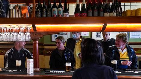 Asiakkaita pubissa Sydneyssa ensimmäisenä päivänä koronasulun päättymisen jälkeen.