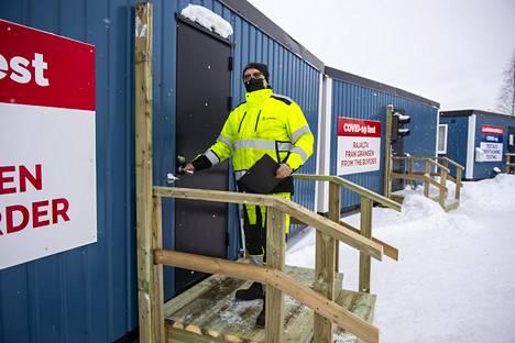 Ari Äijälä asuu Haaparannalla, mutta työt ja mökki tuovat perheen säännöllisesti asioimaan Suomen puolelle.