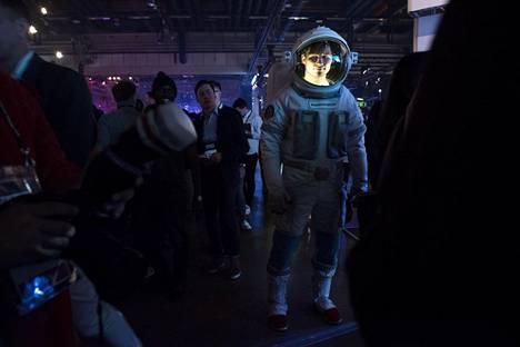 Samsungin osastolla kävellyt astronautti sai hien pintaan.