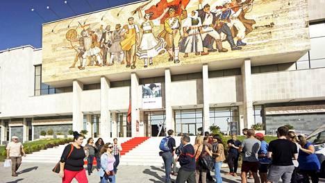 Kansallismuseon komea mosaiikkiseinä muistuttaa kommunismimenneisyydestä ja kuvaa albanialaisia sankareita.