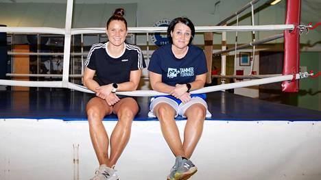 Mira Potkonen (vas.) on odottanut vesi kielellä olympiakarsintojen jatkumista. Vieressä valmentaja Maarit Teuronen.