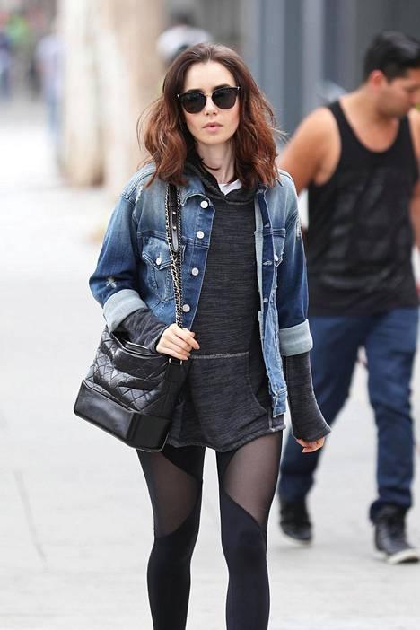 Näyttelijä Lily Collins, 28, puki leggingsien kanssa huppupaidan, jonka helma peittää pakarat ja pöksyjen etumuksen.