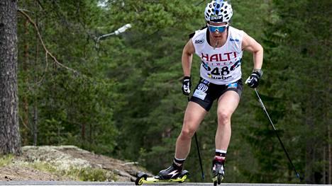 Krista Pärmäkoski viiletti voittoon sunnuntain 12 km:n väliaikalähdössä.