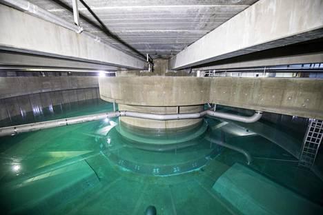 Tältä näyttää Hiekkaharjun uuden vesitornin sisempi vesisäiliö, jota tyhjennetään.