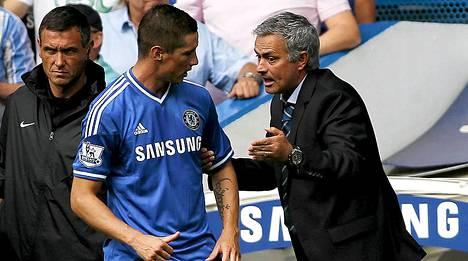 Jose Mourinho (oik.) jakaa ohjeita Fernando Torresille.